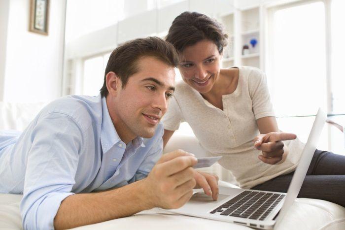 Młode małżeństwo przegląda w laptopie strony internetowe