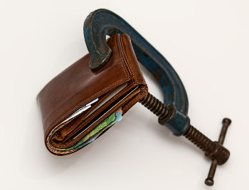 Skórzany portfel ściśnięty imadłem