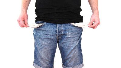 Mężczyzna wyciąga puste kieszenie dżinsów
