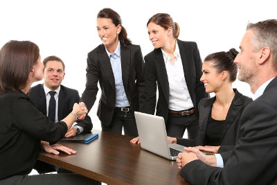 Ludzie w garniturach podpisują porozumienie w firmie