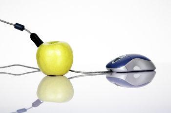 Myszka internetowa podłączona do jabłka