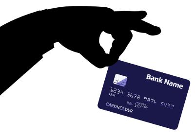 Rysunek przedstawiający dłoń, która trzyma kartę kredytową