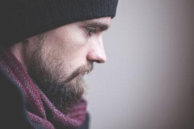 Mężczyzna z brodą w czapce