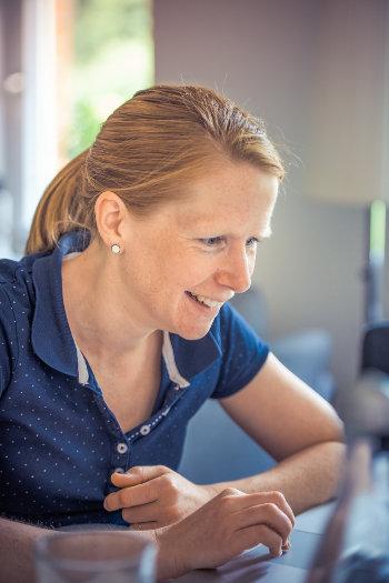 Kobieta patrzy na monitor laptopa